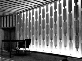 Salle de conférence, plafond en pin d'orégon sablé et panneau décoratif de l'estrade de Jean-Gérard Mattio.