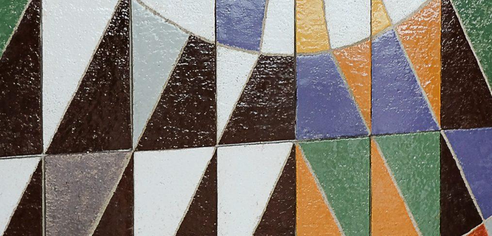 Galerie extérieure, panneau décoratif de J.-G. Mattio et Carielle, 240 plaques en terre chamotée de 20 x 40 cm, décor émaillé au four en émaux stanifères opaques, 3,20 x 6 m.